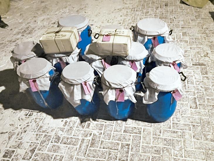JNPT બંદરથી જપ્ત 2000 કરોડના ડ્રગ્સમાં કચ્છ કનેકશન; ખેડોઈ પાસેની હોટેલમાં તપાસ, DRIનું મોડી રાત સુધી સર્ચ ઓપરેશન મુંબઇ,Mumbai - Divya Bhaskar