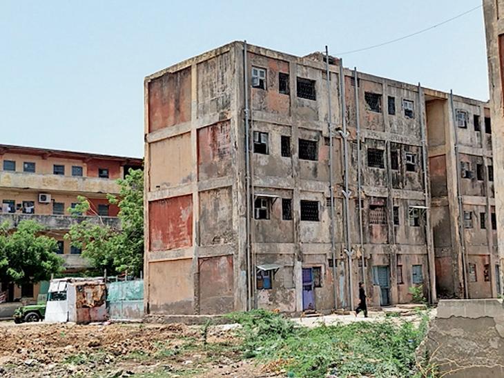 આ ઈમારતોને પાડવા અકસ્માતોની રાહ જોવાઇ રહી છે? - Divya Bhaskar