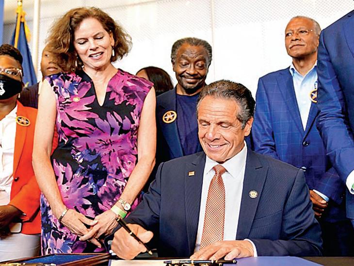 ન્યૂયોર્કમાં બંદૂક હિંસા બિલ પર સહી કરતા ગવર્નર ક્યૂમો. - Divya Bhaskar