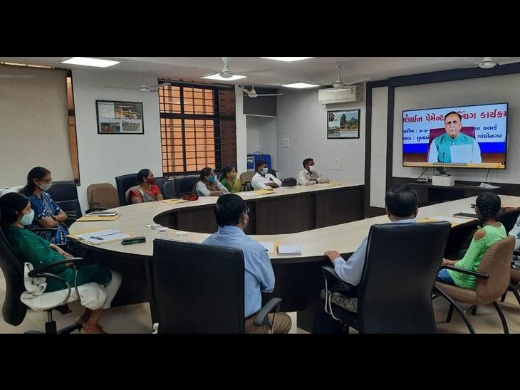 મુખ્યમંત્રી વિજયભાઇ રૂપાણી દ્વારા રાજયના મથકોએ ઉપસ્થિત બાળકોના પાલક વાલીઓ સાથે સંવેદનાસભર સંવાદ યોજાયો. - Divya Bhaskar
