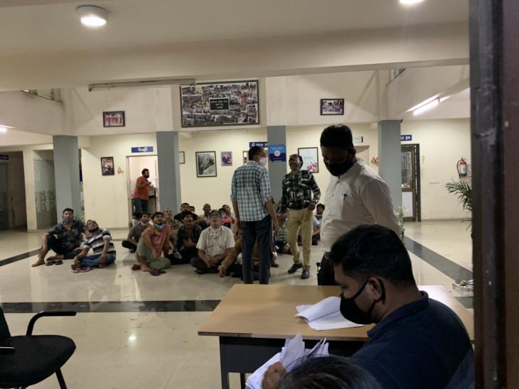 તમામ આરોપીઓને બુધવારે શાહીબાગ પોલીસ સ્ટેશનમાં લઈ જવાયા હતા. - Divya Bhaskar