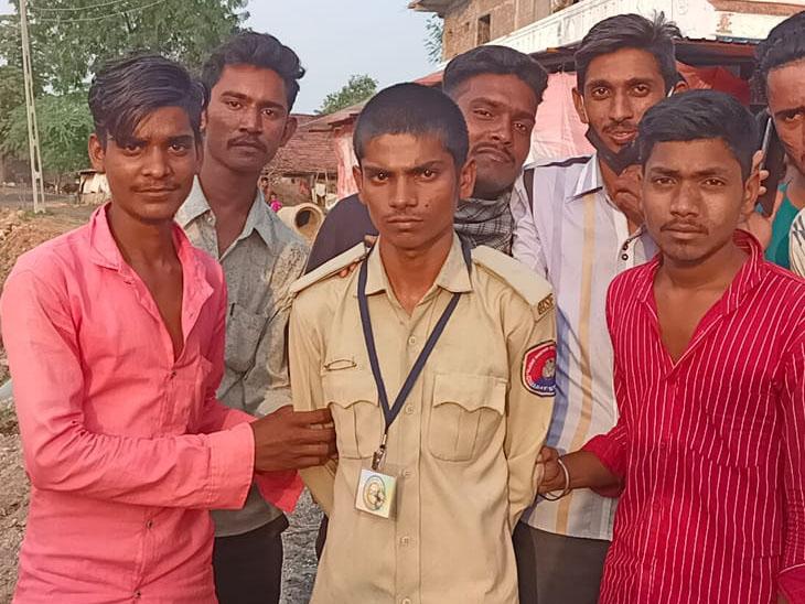 શહેરા તા.મા નોકરી અપાવાના બહાને ઠગનારને ઝડપ્યો - Divya Bhaskar