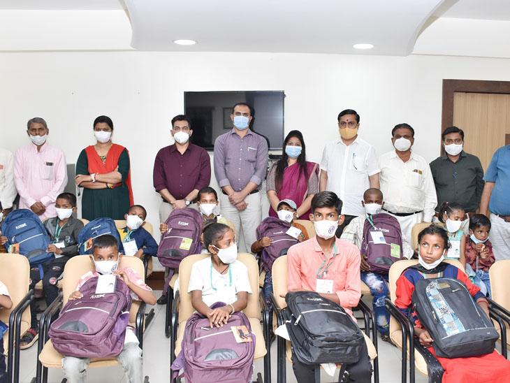 કલેક્ટર ડો. હર્ષિત ગોસાવીએ બાળકોને પોતાની ચેમ્બરમાં બેસાડ્યા બાદ મીઠાઇ ખવડાવી અને મંજૂરી પત્રો આપ્યા હતા. - Divya Bhaskar