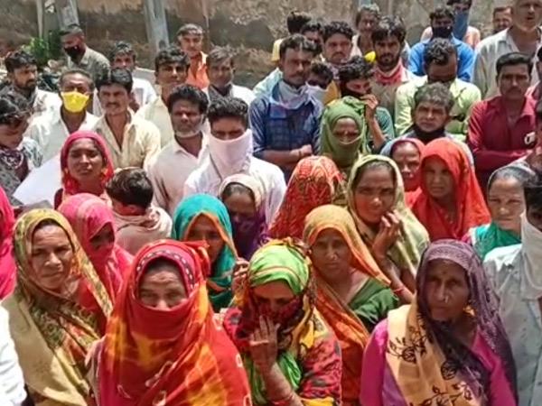ગ્રામજનોએ મામલતદારને આવેદન પત્ર પાઠવ્યું. - Divya Bhaskar