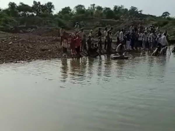 ફાયરબ્રિગ્રેડની ટીમે મૃતદેહ બહાર કાઢ્યો, લોકોના ટોળાં ઊમટ્યા. - Divya Bhaskar