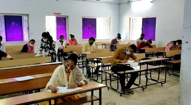 6 જિલ્લાના 128 કેન્દ્ર પર 30 હજારથી વધુ વિદ્યાર્થીઓ પરીક્ષા આપશે, નોન-વેક્સિનેટેડ વિદ્યાર્થીઓ પરીક્ષા દરમિયાન સંક્રમિત થાય તો જવાબદાર કોણ રાજકોટ,Rajkot - Divya Bhaskar