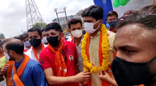 રાજકોટમાં ભાજપ પ્રદેશ યુવા મોરચાના પ્રમુખના સ્વાગતમાં, સોશિયલ ડિસ્ટન્સનો છડેચોક ભંગ, ઢોલ-નગારાના તાલે કાર્યકરો ભાન ભૂલ્યા રાજકોટ,Rajkot - Divya Bhaskar