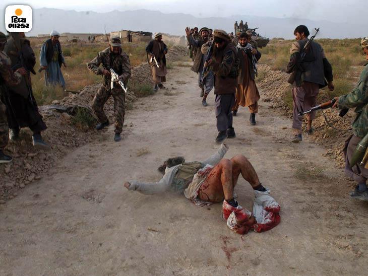 નવેમ્બર 2001: કાબુલ તરફ આગળ વધી રહેલા નોર્ધર્ન એલિયાન્સના સૈનિકોને એક તાલિબાની છોકરો ખીણમાં છુપાયેલો મળ્યો. તેના કગરવા છતાં તેને મારી નાખવામાં આવ્યો. ફોટો: ટેલર હિક્સ.