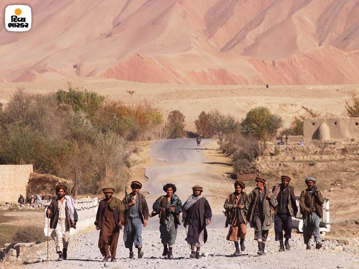 નવેમ્બર 2001: તાલિબાનવિરોધી નોર્ધર્ન અલાયન્સ અફધાનિસ્તાનનાં કુંદુજ પાસે તાલિબાનના ગઢને ઘેરી આગળ વધી રહ્યા છે. ફોટો: જેમ્સ હિલ.