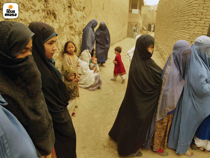 ઓક્ટોબર 2004: રાષ્ટ્રપતિપદની ઐતિહાસિક ચૂંટણીમાં પોતાનો મત આપવા માટે રાહ જોઇ રહેલી મહિલાઓ. આ ચૂંટણી તરત જ વિવાદોથી ઘેરાઇ ગઇ. ફોટો: ટેલર હિક્સ