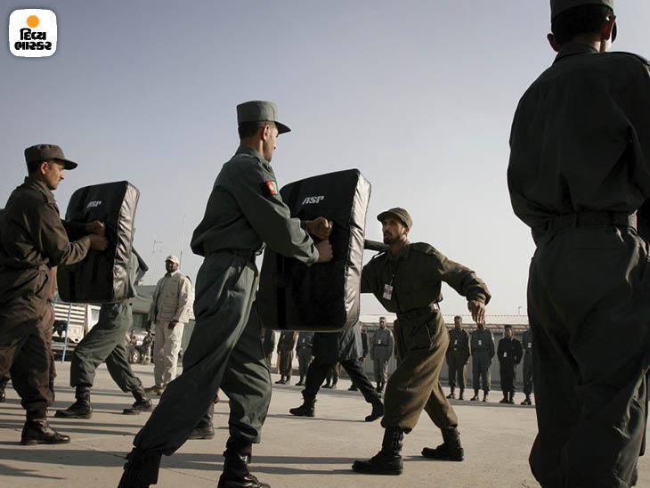 નવેમ્બર 2005: કાબુલમાં અફઘાનિસ્તાન પોલીસના રંગરૂટોને ટ્રેનિંગ આપી રહેલા કોન્ટ્રેક્ટર ડાઇન કોર્પ. અફઘાન પોલીસનો પ્રભાવ કાબુલ અને કેટલાક વિસ્તારોમાં બચેલો છે. ફોટો: સ્કોટ એલ્સ