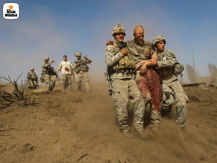 ફેબ્રુઆરી 2007: પૂર્વ અફઘાનિસ્તાનમાં કોરેંગલ ઘાટીમાં તાલિબાનના હુમલા દરમિયાન ઘાયલ અમેરિકન સૈનિક. ખીણમાં તાલિબાનીઓની મજબૂત પકડ હતી. ફોટો: લિન્સે એડારિયો.