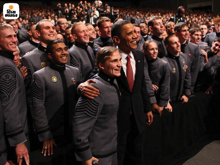 ડિસેમ્બર 2009: યુનાઇટેડ સ્ટેટ્સના લશ્કરી એકેડેમીના કેડેટ્સ સાથે યુએસ પ્રમુખ બરાક ઓબામા. તેમણે જ અમેરિકન સૈનિકોને પરત બોલાવવાની શરૂઆત કરી હતી. ફોટો: ડોગ મિલ્સ