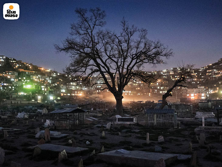 એપ્રિલ 2016: કાબુલમાં કાર્ત-એ-સખી કબ્રસ્તાન. રાષ્ટ્રપતિ અશરફ ગનીએ ગયા વર્ષે કહ્યું હતું કે 2015 બાદથી 28,000થી વધુ અફઘાન સૈનિકો માર્યા ગયા છે. ફોટો: એડમ ફર્ગ્યુસન.