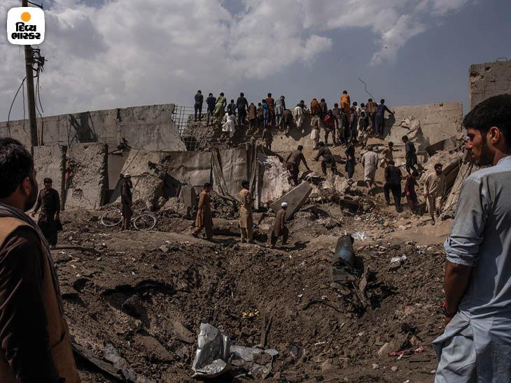 સપ્ટેમ્બર 2019: કાબુલમાં એક ભયાનક કારબોમ્બ વિસ્ફોટ પછી એક મોટો ખાડો પડ્યો. આ હુમલાની જવાબદારી તાલિબાને લીધી હતી. ફોટો: જિમ હુયલેબ્રોક
