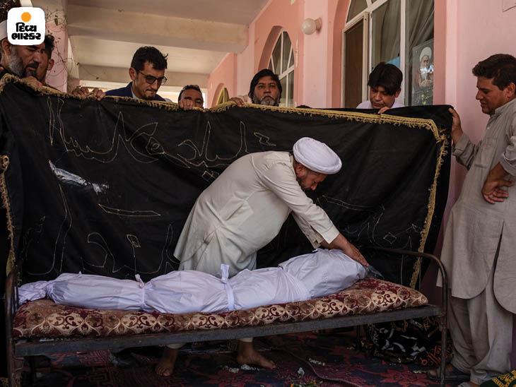 ઓગસ્ટ 2019: કાબુલમાં એલ લગ્નમાં ઇસ્લામિક સ્ટેટ (ISIS)ના આત્મઘાતી હુમલામાં 63 લોકો માર્યા ગયા હતા. તેમાંથી એકના અંતિમસંસ્કાર કરી રહેલા પરિવારના સભ્યો. ફોટો: જિમ હુયલેબ્રોક