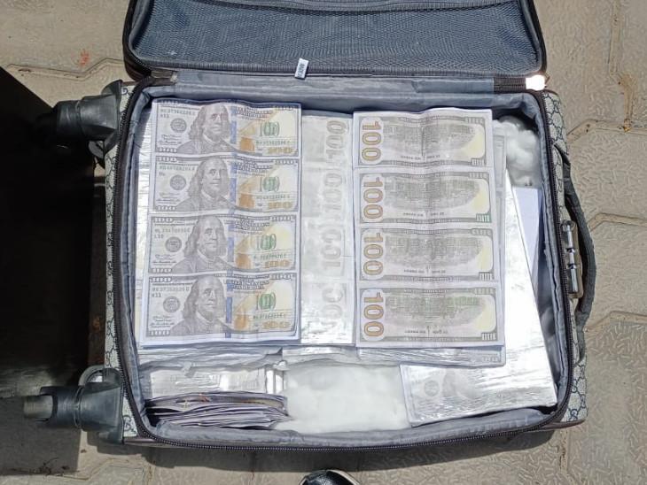 પોલીસે વડોદરાના વેપારીને છતરવા માટે બતાવેલા 100 ડોલર(બ્લેક કોટેડ), તથા બનાવટી ડોલર્સ જપ્ત કર્યાં