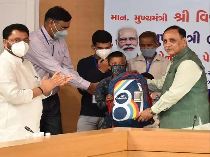CM રૂપાણીએ બુધવારે બાળકોને સહાય આપી હતી