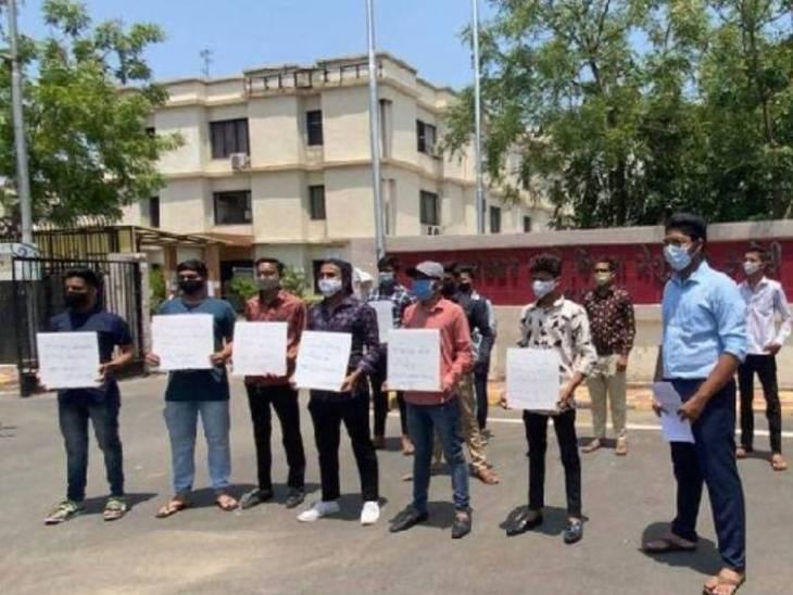 અમદાવાદમાં ધોરણ 10 અને 12ના રિપીટર વિદ્યાર્થીઓની પરીક્ષા માટે 140 બિલ્ડીંગ ફાળવાઈ,એક વર્ગમાં 20 વિદ્યાર્થીઓને બેસાડાશે|અમદાવાદ,Ahmedabad - Divya Bhaskar