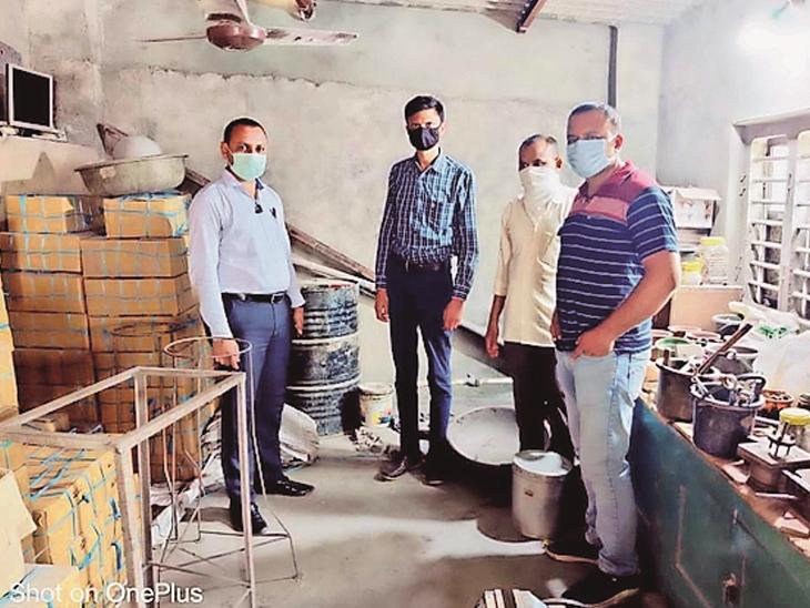 થાનગઢમાંથી પુરવઠા ટીમે પ્રતિબંધિત કેરોસીનનો જથ્થો ઝડપી પાડ્યો હતો. - Divya Bhaskar