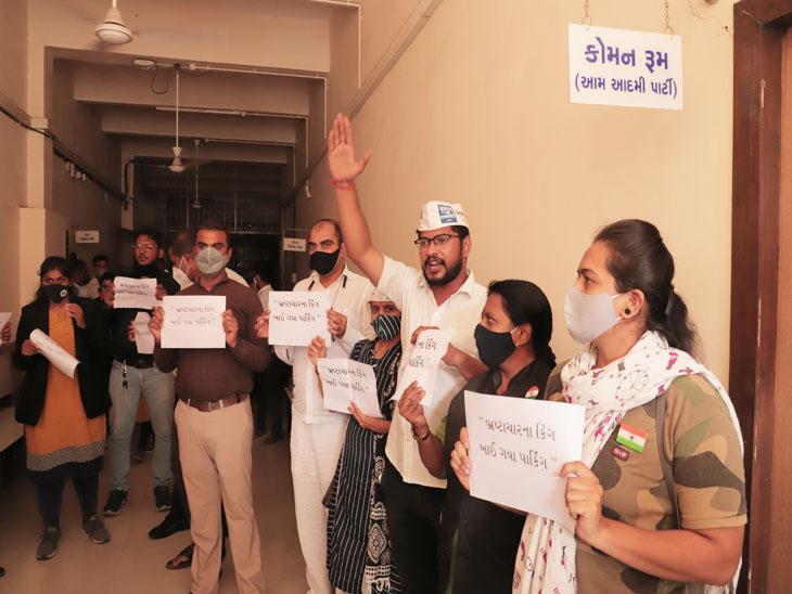 'ભ્રષ્ટાચારના કિંગ ખાઈ ગયા પાર્કિંગ', શાસકોએ ટેન્ડર વિના પાર્કિંગના કોન્ટ્રાક્ટ ફાળવી દેતાં વિવાદ|સુરત,Surat - Divya Bhaskar