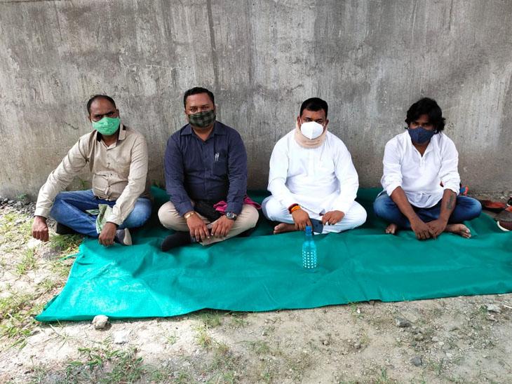 રેલવે બ્રિજ મામલે પ્રતીક ઉપવાસ પર બેસેલા BHP  અધ્યક્ષ સહિતના કાર્યકરો. - Divya Bhaskar