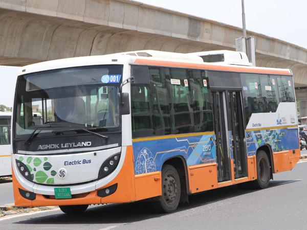 અમદાવાદમાં BRTSની 50 ઈલેક્ટ્રિક બસ RTOની પરમિટ વગર રસ્તા પર દોડી રહી છે|અમદાવાદ,Ahmedabad - Divya Bhaskar