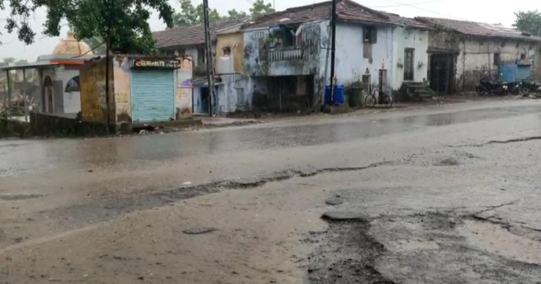અમરેલીના ખાંભામાં ધોધમાર વરસાદ, લાઠી, સાવરકુંડલા અને રાજુલામાં વરસાદી ઝાપટા વરસ્યા|અમરેલી,Amreli - Divya Bhaskar
