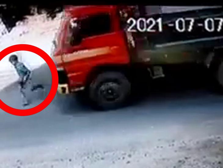 7 વર્ષનો બાળક રોડ ક્રોસ કરવા જતાં ટ્રક નીચે આવી ગયો, ચમત્કારિક બચાવના જુઓ CCTV ફૂટેજ|ઈન્ડિયા,National - Divya Bhaskar