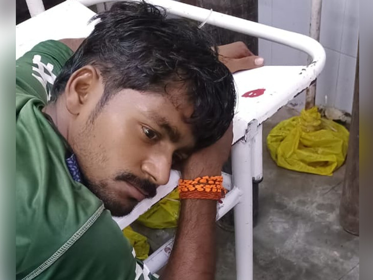 યુવકને ગંભીર હાલતમાં હોસ્પિટલમાં ખસેડાયો. - Divya Bhaskar