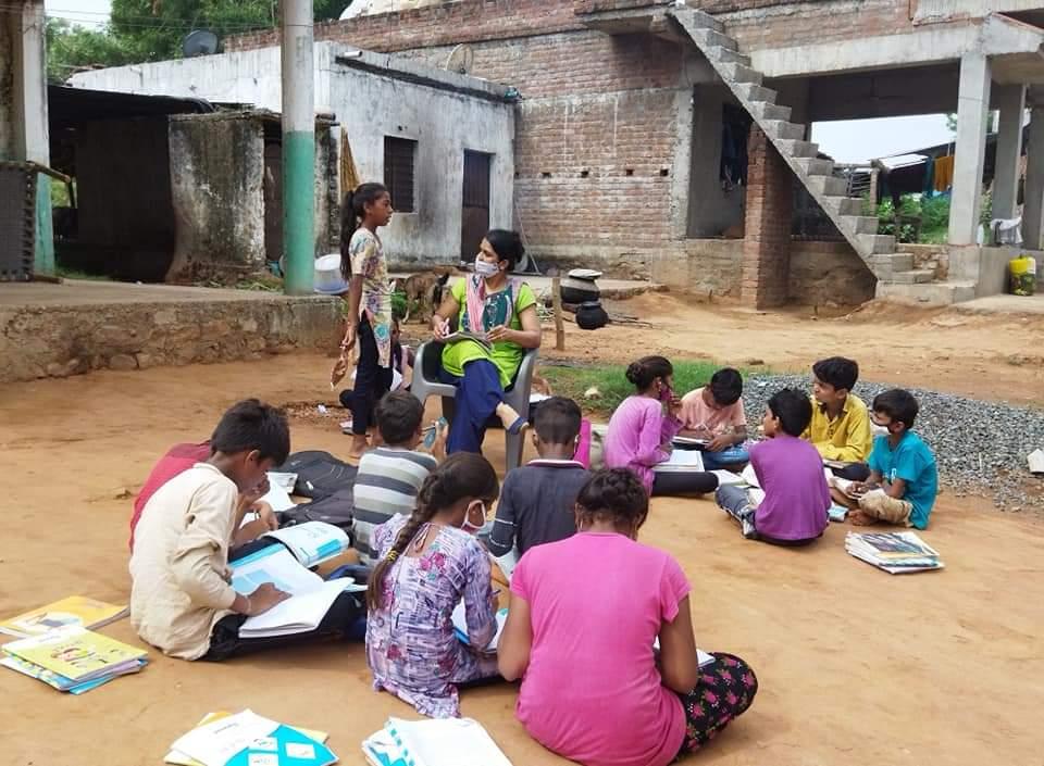 વિદ્યાર્થીઓનાં ઘરે જઇ શેરી શિક્ષણ આપી રહેલાં શિક્ષિકા મિત્તલબેન પટેલ.