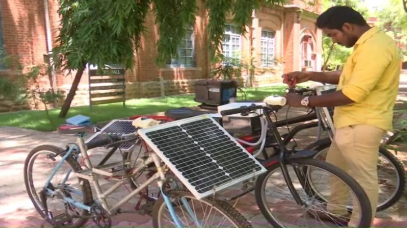તામિલનાડુના મદુરાઈમાં રહેતા કોલેજના એક વિદ્યાર્થીએ સૌર ઊર્જા દ્વારા ચાલતી સાઇકલ બનાવી છે. - Divya Bhaskar
