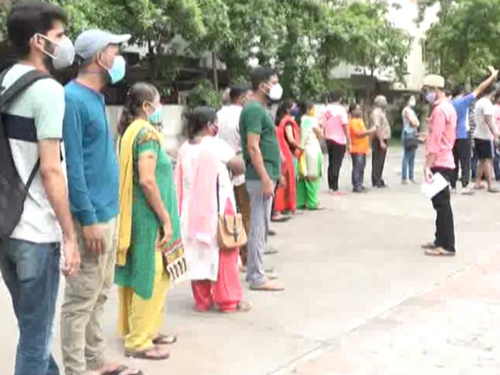 સુરતમાં ત્રણ દિવસ બાદ વેક્સિનેશન શરૂ થતાં લોકોની ટોકન લેવા પડાપડી,સિનિયર સિટીઝનોને હાલાકી ભોગવવી પડી|સુરત,Surat - Divya Bhaskar
