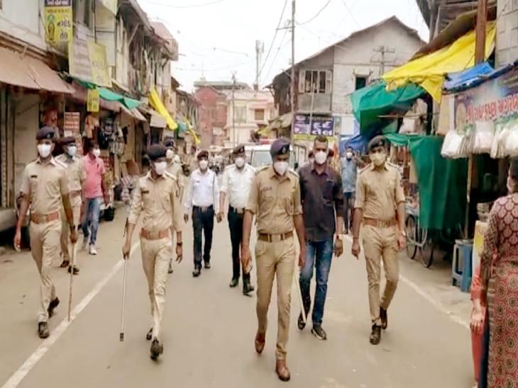 ડાકોરમાં રથયાત્રાના રૂટ પર પોલીસે ફ્લેગમાર્ચ કર્યું - Divya Bhaskar