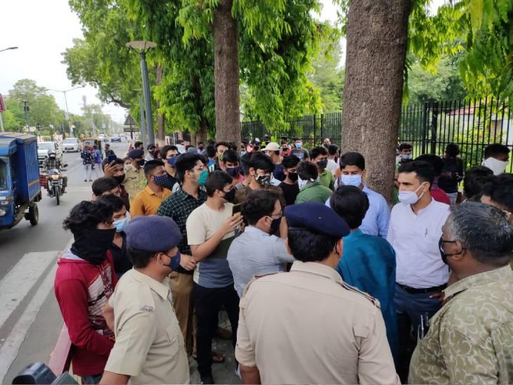 અમદાવાદમાં પરીક્ષાના પાંચ દિવસ અગાઉ માસ પ્રમોશનની માગ સાથે વિરોધ કરી રહેલા રિપીટર વિદ્યાર્થીઓની અટકાયત|અમદાવાદ,Ahmedabad - Divya Bhaskar