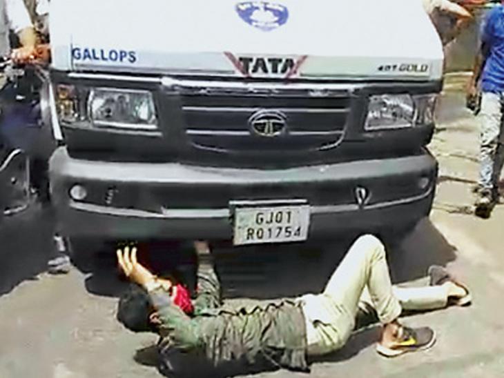 કતારગામમાં ટ્રાફિક પોલીસે 'નો પાર્કિંગ'માં બાઇક ટો કરતા યુવક ક્રેઇન સામે સુઈ ગયો|સુરત,Surat - Divya Bhaskar
