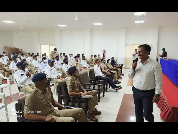 પ્રતાપનગર હેડ કવાર્ટર ખાતે ટ્રાફિક પોલીસને સોફટ સ્કિલ અંગે તાલીમ અપાઇ હતી. આ તાલીમમાં શહેર ટ્રાફિક પોલીસના 450 કર્મચારીઓ અને અધિકારીઓએ ભાગ લીધો હતો. - Divya Bhaskar
