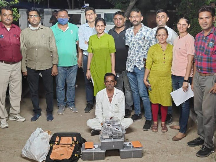 શાહપુર સર્કલ પાસેથી પોલીસે ફિલ્મી ઢબે કારનો પીછો કરી ગાંજો પકડ્યો|ગાંધીનગર,Gandhinagar - Divya Bhaskar