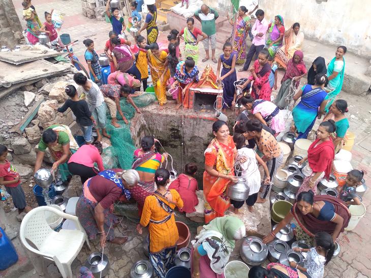 પાણી માટે મહિલાઓની પડાપડી