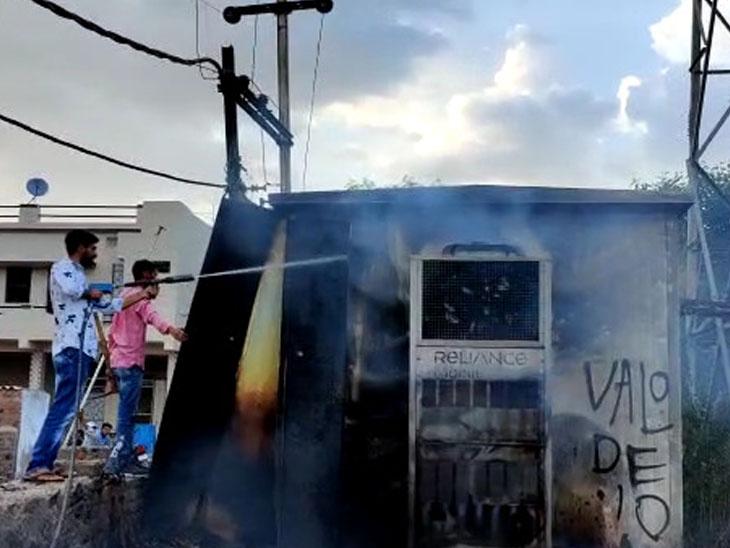 સુરેન્દ્રનગર પાલિકા ફાયર ફાઇટર ટીમે મોબાઇલ ટાવરમાં લાગેલી આગ બુઝાવતા દુર્ધટના ટળી હતી. - Divya Bhaskar