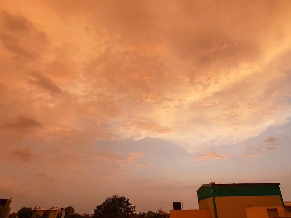 સાંજના સમયે અનોખું વાતાવરણ સર્જાયું હતું. - Divya Bhaskar
