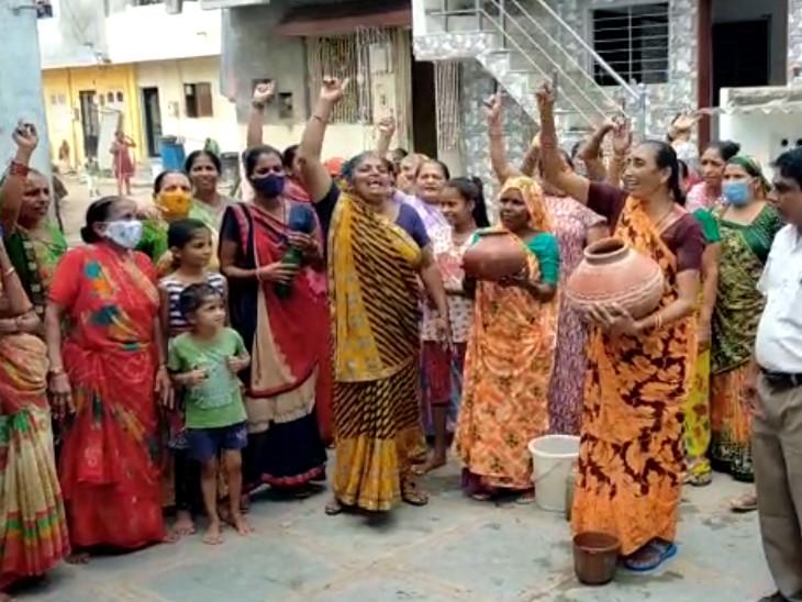 મહિલાઓએ પાણીના માટલા ફોડીને વિરોધ પ્રદર્શન કર્યું હતું. - Divya Bhaskar