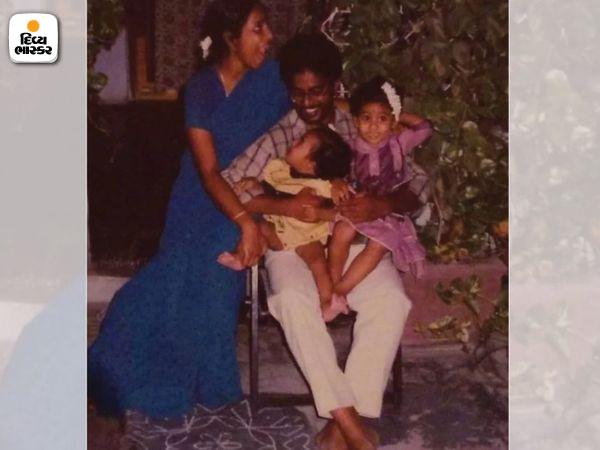 સિરિશાનાં બાળપણનો ફોટો. આમાં તે તેના પિતા બી. મુરલિધરન, માતા અનુરાધા અને બહેન પ્રત્યુષા સાથે છે.