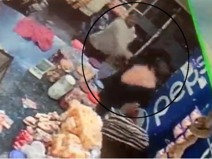 સિવિલ ડ્રેસમાં આવેલા પોલીસ કર્મીઓએ દુકાનદારના કપડાં ફાડી નાંખ્યા હતા
