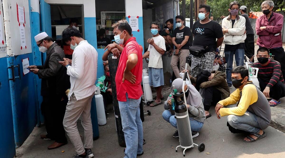 જકાર્તામાં રિચાર્જીંગ સ્ટેશન પર ઓક્સિજન સિલિન્ડર  ભરાવવા રાહ જોતા લોકો - Divya Bhaskar