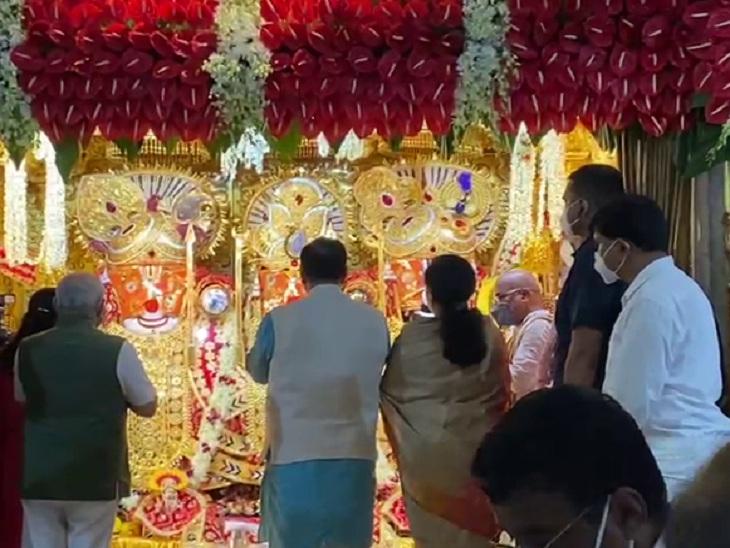 રથયાત્રાની પૂર્વ સંધ્યાએ CM રૂપાણીએ પત્ની અંજલિ રૂપાણી અને DyCM નીતિન પટેલ સાથે ભગવાન જગન્નાથની આરતી ઉતારી|અમદાવાદ,Ahmedabad - Divya Bhaskar