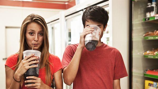સુગર ડ્રિંકના કારણે યંજ જનરેશનમાં કોલોન કેન્સરનું જોખમ વધી રહ્યું છે, દિવસમાં એક સુગર ડ્રિંકથી કેન્સરનું જોખમ 32% સુધી વધી જાય છે|યુટિલિટી,Utility - Divya Bhaskar