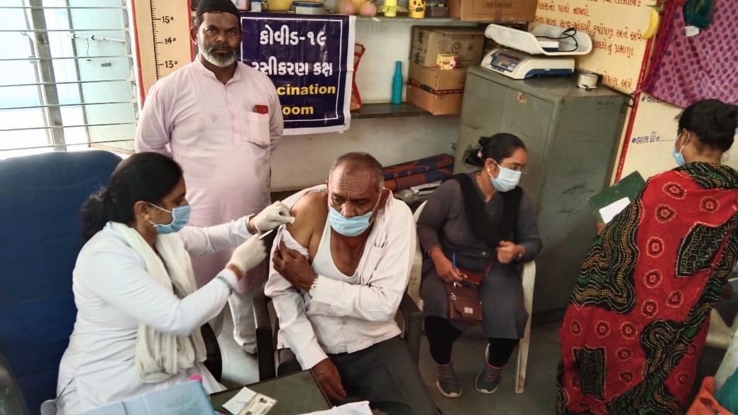 વિજાપુરમાં મુસ્લીમ સમાજના લોકો કોરોના વેક્સિન લેવા માટે ઉત્સાહ પૂર્વક જોડાયા|મહેસાણા,Mehsana - Divya Bhaskar