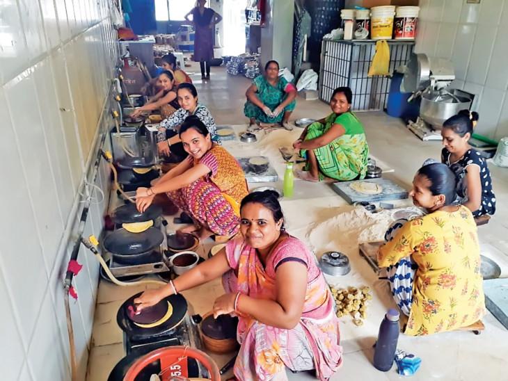 ખાખરા બનાવતી સખી મંડળની બહેનોની તસવીર - Divya Bhaskar