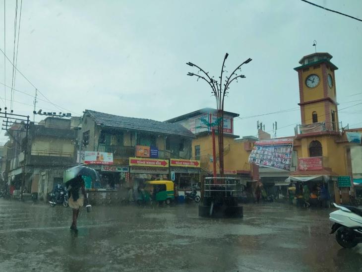 ખંભાળિયામાં સવારથી વરસાદી માહોલ વચ્ચે સમયાંતરે હળવા ભારે ઝાપટા વરસ્યા હતા.જેમાં બપોર સુધી પંદર મીમી પાણી વરસ્યુ હતુ. - Divya Bhaskar